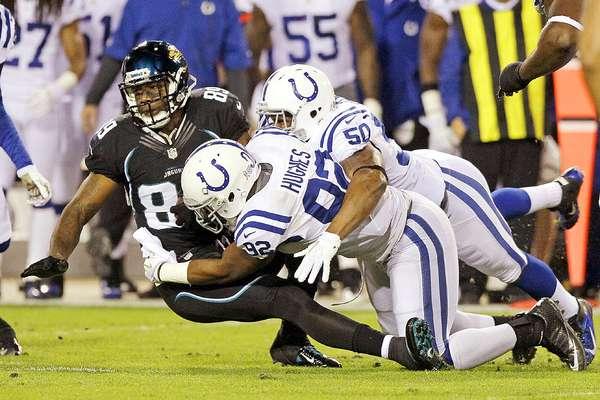 El novato mariscal de campo Andrew Luck brilló intensamente al anotar por tierra en dos ocasiones en la victoria de los Potros de Indianápolis por 27-10 sobre los Jaguares de Jacksonville en el inicio de la semana 10 de la NFL 2012