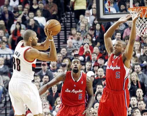 Clippers vs. Trail Blazers: El francés Nicolas Batum intenta pasar el balón ante la marca de DeAndre Jordan (6) y Caron Butler (5). Los Ángeles vencieron 103-90 a Portland en el Rose Garden.