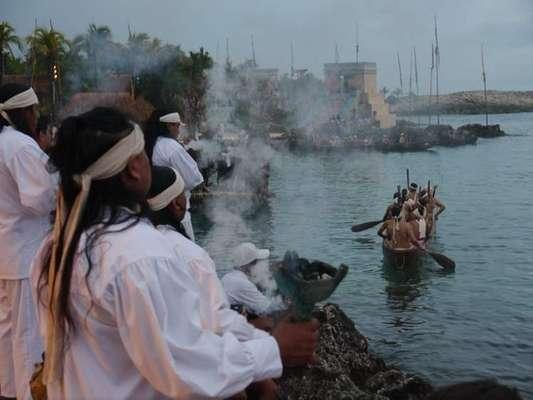 Antes de la llegada del 21 de diciembre de este 2012, distintas zonas del sureste de México tienen planeados algunos encuentros mayas. Por ejemplo, X-Caret realiza la llamada Travesía Maya, un recorrido en canoa hasta el templo ceremonial de la diosa Ixchel, donde se funden la religión y la cosmogonía del pueblo maya.