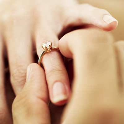Puedes haber salido con tu pareja dos, seis o diez años, pero, en algún momento, la duda sobre el momento adecuado para dar el siguiente paso aparecerá. Y es que cuando los amigos comienzan a preguntar y la familia pasa a insinuar cosas, finalmente te encuentras pensando en ello y varias veces. Sin embargo, tomar una decisión, no resulta ser nada fácil. Por lo tanto, Huffington Post ha hecho una lista de las cinco preguntas que debes hacerte para saber si en realidad él está listo para casarse. Echa un vistazo.