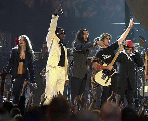 El cantante colombiano Juanes, se presentó con los Black Eyed Peas antes de que se comvirtieran en toda una sensación mundial en la cuarta entrega de los premios en Miami, Florida.