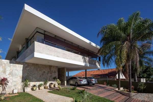 Ao construir a casa com a maior elevação permitida na área, o arquiteto Danilo Matoso Macedo criou um verdadeiro mirante no Lago Sul, em Brasília, com vista panorâmica de 120° para a capital federal