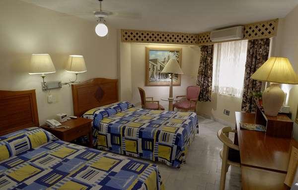 Western Plaza Kokai, em Cancun, é uma opção para quem quer economizar sem abrir mão do conforto. Restaurante, sala de reuniões, piscina e 48 quartos com sacada estão na estrutura do hotel. Onde: Av. Uxmal26, Sm. 2ª, Cancun, Quintana Roo - México. Diária: R$ 61. Site: www.hotelkokai.com