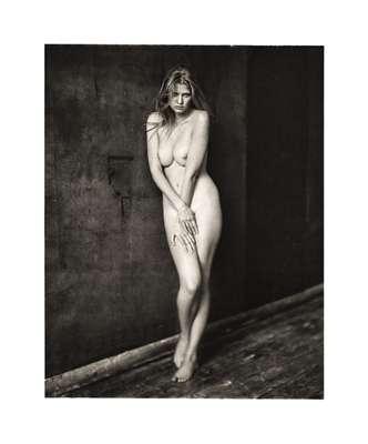 A modelo Lara Stone tirou toda a roupa para participar de um ensaio fotográfico