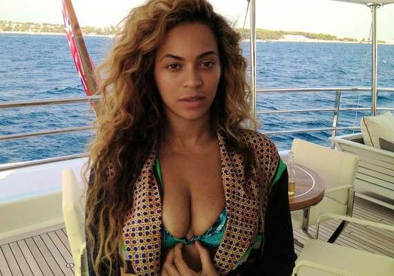 """La que ha estado muy activa en las redes sociales recientemente es Beyoncé. La cantante de """"Single Ladies"""" subió a Tumblr varias fotos en donde se muestra muy sexy en en bikini al sur de Francia con su familia."""