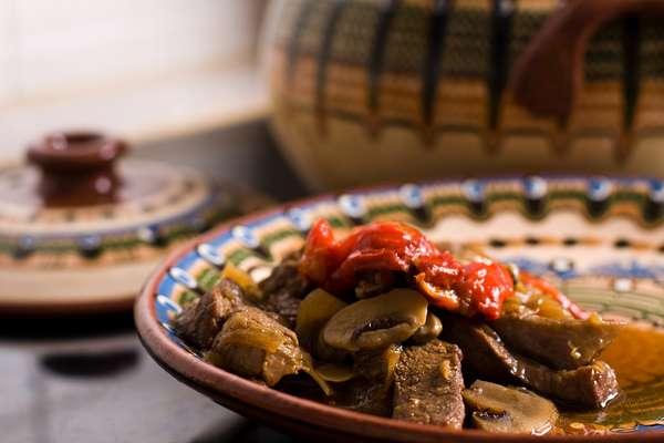 Misturada com legumes, a porção de carne fortemente aromatizada com canela e pimenta de cheiro dá o tempero para o pepperpot