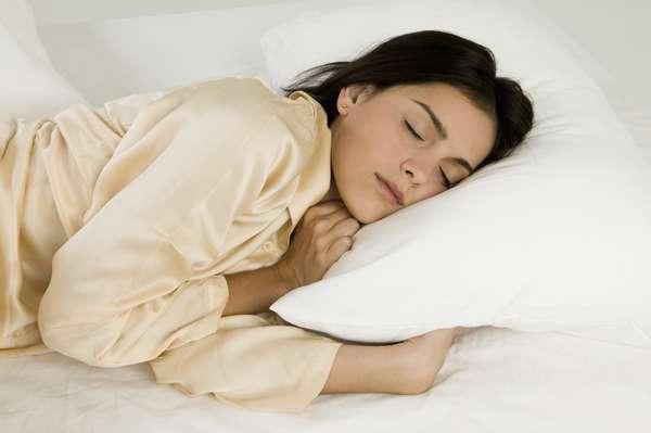 Durma sempre no mesmo horário: nossos ciclos de sono são regulados pelo relógio circadiano. Manter um horário regular para dormir e despertar, até mesmo nos finais de semana, é uma forma de ajudar a tornar seus padrões de sono mais constantes