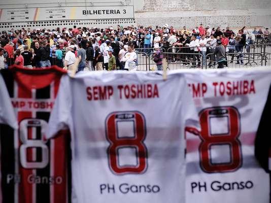 A promessa de estreia de Paulo Henrique Ganso com a camisa do São Paulo animou a torcida tricolor, que aproveitou o feriado desta quinta-feira para garantir o ingresso para o duelo diante do Náutico, neste próximo domingo, às 17h (de Brasília). Os torcedores fizeram longas filas nas bilheteria do Estádio do Morumbi