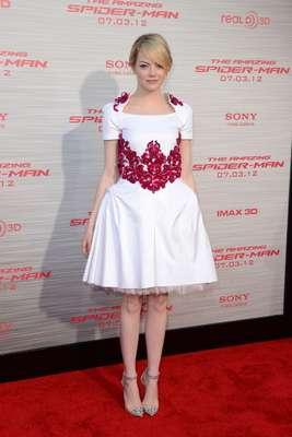 """Emma Stone ha sido elegida por la """"biblia de la moda"""", la revista Vogue, como la mejor vestida de 2012. La actriz quien protagonizó la ultima película de 'SpiderMan', asitió a la premier con este vestido de Chanel que demostró su gran estilo."""