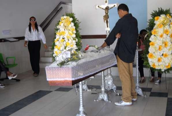 Antes de ser cremado, o corpo do ex-jogador Alex Alves foi velado na Capela E do cemitério Jardim da Saudade em Salvador, no bairro de Brotas. Ex-companheiros dele compareceram e se emocionaram com o momento