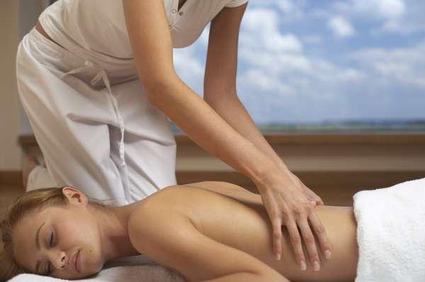 Se você nunca experimentou uma massagem profissional, provavelmente, como a maioria das pessoas, não pensa em gastar o seu dinheiro com algo que é visto como luxo ou capricho. No entanto, é importante saber que sessões regulares de massagem não só ajudam a relaxar como também podem servir de tratamento para alguns problemas de saúde. Veja - Dor nas costas: um grande número de pessoas terá dores nas costas em algum ponto da vida. E é provado que a massagem pode ajudar essas pessoas a sentir menos dor e funcionar melhor, com efeitos que duram o mesmo tempo que certas medicações