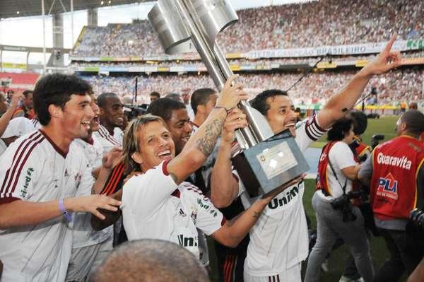 Fluminense festejou neste domingo ao receber a taça de campeão brasileiro no Engenhão, apesar da derrota por 2 a 0 para o Cruzeiro
