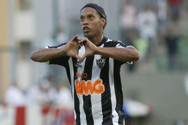 Ronaldinho vibra após fazer o gol de empate do Atlético-MG diante do Atlético-GO; torcida mineira pediu permanência do craque