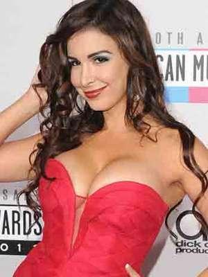 """Mayra Verónica dejó muy poco a la imaginación al prácticamente asistir con las """"bubis"""" al aire a los American Music Awards, realizados en el Nokia Theatre de Los Ángeles, el 18 de novimbre."""
