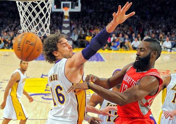 Rockets vs. Lakers: James Harden pasa el balón ante la marca de Pau Gasol. Los Ángeles venció 119-108 a Houston en la noche que Pau Gasol llegó a los 15 mil puntos en la NBA