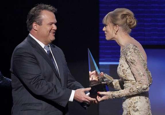 Taylor Swift recibe el prmio Artista Country Femenina en los American Music Awards 2012, realizados en Los Ángeles.