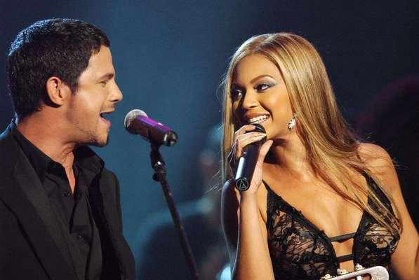 Importante figura da música latina, Alejandro Sanz se apresentará no Terra Live Music na próxima quinta-feira (6), a partir das 22h, direto de Miami, para toda a América Latina, Estados Unidos e Espanha. A apresentação poderá ser acompanhada ao vivo, em vídeo e de graça, em HD. O mais recente álbum, 'La Musica No Se Toca', conquistou o topo na lista de venda de mais de 17 países. Confira fotos de shows do músico, que já contou com dueto com artistas como Beyoncé e Shakira