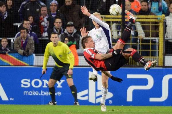 Com um golaço de bicicleta, de fora da área, do zagueiro Mexes, o Milan venceu o Anderlecht por 3 a 1, nesta quarta-feira, na Bélgica, em jogo válido pela quinta rodada do Grupo C da Liga dos Campeões da Europa