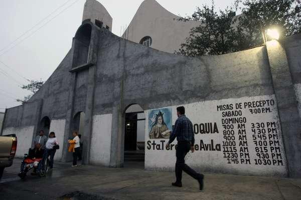 Acorralado por la inseguridad, un sacerdote de la ciudad mexicana de Monterrey (norte) se vio obligado a levantar un alto muro para proteger a sus feligreses y a instalar un semáforo que alerta sobre las frecuentes balaceras.