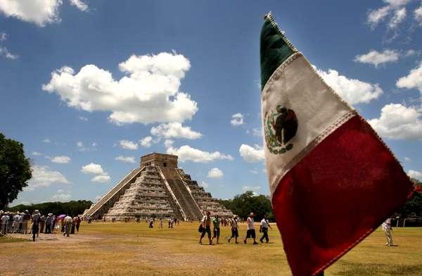 """La supuesta profecía maya del """"fin del mundo"""" el 21 de diciembre vaticina para balnearios mexicanos como Cancún una masiva llegada de turistas, mientras que sitios arqueológicos como Chichén Itzá se preparan para recibir a miles de visitantes nacionales y extranjeros."""