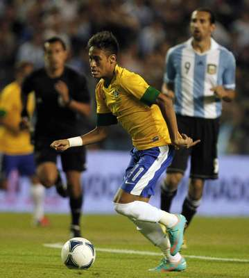 Brazil's Neymar dribbles the ball during their Clasico de Las Americas international friendly soccer match against Argentina in Buenos Aires November 21, 2012. REUTERS/Enrique Marcarian