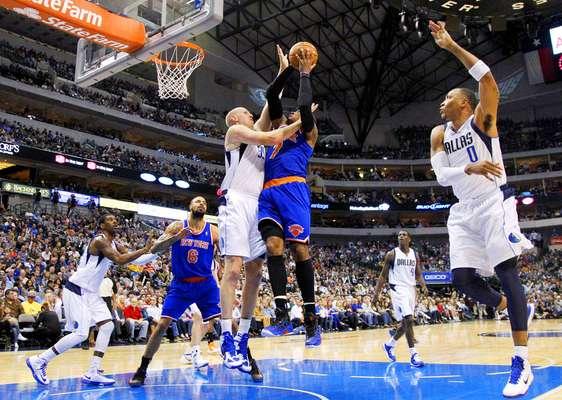 Knicks vs. Mavericks: Chris Kaman bloquea el disparo de Carmelo Anthony ante la miradas de Tyson Chandler (6), O.J. Mayo y Shawn Marion (0).