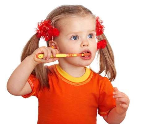 Aunque se recomiende empezar la higiene oral de los niños durante los primeros meses de vida, hay que tener en cuenta algunas cuestiones importantes sobre la salud bucal a esa edad.
