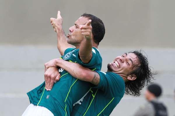 Iarley comemora gol do título do Goiás no Serra Dourada, neste sábado