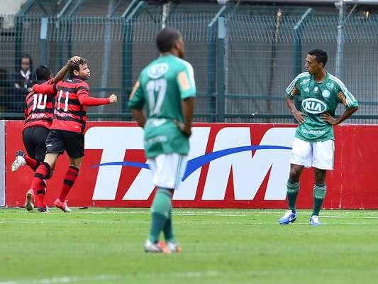 O Atlético-GO venceu o Palmeiras por 2 a 1, no Pacaembu, e deixou a lanterna do Campeonato Brasileiro