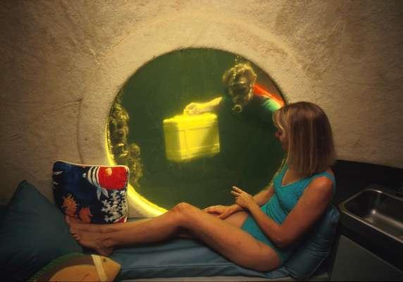 Jules Undersea Lodge, Estados Unidos: projetos de resorts de luxo submarinos estão na moda, diferentes hotéis ao redor do mundo. Mas o primeiro hotel embaixo dágua foi o Jules Undersea Lodge, antiga estação de pesquisas na ilha de Key Largo, Flórida, foi transformada em alojamento para duas pessoas, com camas, um banheiro, e uma grande janela com vista, para as águas do mar. Os hóspedes mergulham até sua suíte, e recebem refeições trazidas pelo staff do hotel. As diárias com tudo incluído começam a partir de R$ 1000.