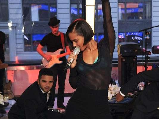 """Acompáñanos a repasar la moda de mostrar los sostenes en la tarima que han adoptado las grandes divas del pop, ahora que Alicia Keys enseñó los suyos de color azul en plena presentación en los estudios del programa """"Good Morning America"""" en Nueva York."""