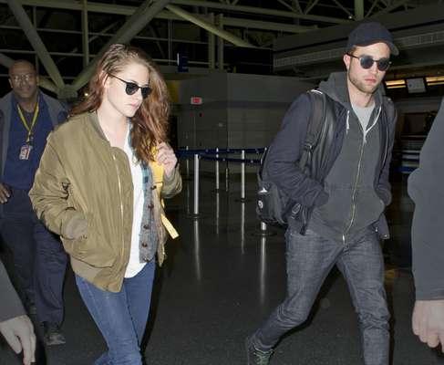 Em Nova York desde a última sexta-feira (23), quando tentaram evitar o assédio dos paparazzi já no desembarque no aeroporto, o casal Robert Pattinson e Kristen Stewart foi fotografado nessa segunda-feira (26), circulando pela cidade