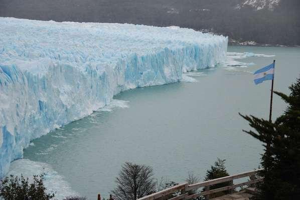 Glaciar Perito Moreno: o Glaciar Perito Moreno tem mais de 30 km² dentro do Parque Nacional Los Glaciares, na Patagônia argentina. Além de trilhas pela geleira, os turistas podem curtir passeios de barco frente aos paredões que criam um belo espetáculo quando grandes peças de gelo se desprendem sobre a água. A cidade mais próxima desta famosa geleira é El Calafate, com diferentes opções de excursões de turismo e alojamentos de qualidade como o hotel Mirador del Lago