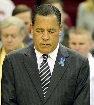 Raptors vs. Rockets: El coach Kelvin Sampson guarda un minuto de silencio por la muerte de Sasha McHale, hija del head coach Kevin McHale.