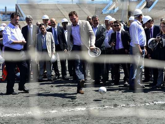 O secretário-geral da Fifa, Jérôme Valcke, visitou as obras da Arena Corinthians nesta quarta-feira. Após chegar ao novo estádio corintiano de trem, Valcke arriscou cobranças de pênaltis na presença da comissão formada por integrantes da Fifa e do Comitê Organizador Local (COL)
