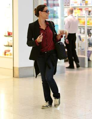 Quarta-feira, 28 de novembro - A atriz Carolina Ferraz esteve no aeroporto Santos Dumont, no Rio de Janeiro