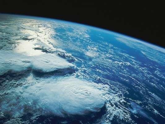 Trabajo, familia, amigos, tráfico y estrés son algunas de las cosas que ocupan nuestra mente todos los días. Pero olvidamos que más allá del cielo que vemos sobre nosotros, existe un universo de dimensiones que pocos nos atreveríamos a imaginar. Algunos aseguran que el 21 de diciembre será el fin del mundo, así que aprovechamos el tema para recopilar algunas de las imágenes más increíbles de la Tierra para tu deleite.