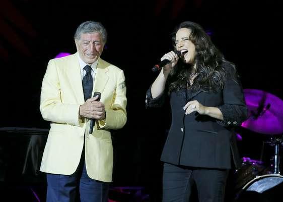 Nessa quinta-feira (29), Tony Bennett abriu sua pequena turnê brasileira com uma apresentação no Rio de Janeiro. No palco, o cantor de 86 anos recebeu Ana Carolina para um dueto na música 'The Very Thought of You'