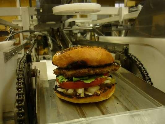 """O conceito """"fast-food"""" foi levado ao pé da letra por uma empresa de São Francisco, que anunciou a criação de um robô para lá de eficiente"""