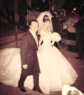 Hoy Thalía cumple 12 años de casada con Tommy Mottola, y compartió con sus fans en Facebook esta foto con la siguiente leyenda: Feliz aniversario amor de mi vida! 12 años de inmensa felicidad! Te adooooro TM! Happy anniversary love of my life!12 years of fun and love! Te amo!