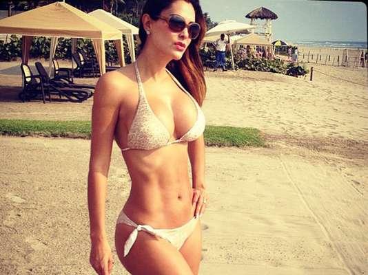 Ninel Conde volvió a posar para sus fans en Twitter, utilizando un provocativo bikini, sobre la arena y bajo el sol, en alguna paradisiaca playa, mostrando que posee un cuerpazo digno de admirar.