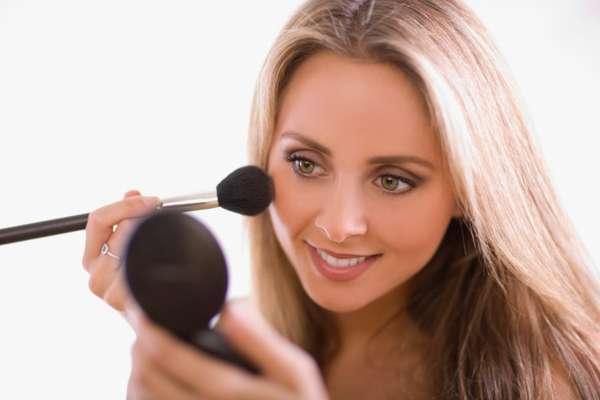 As mulheres conhecem milhares de técnicas para fazerem uma maquiagem perfeita. Algumas delas dão certo, outras não. Muitas vezes, algumas dicas podem não funcionar e criam o efeito oposto ao desejado por elas. Para ajudar a esclarecer algumas dúvidas, o maquiador e consultor criativo da linha Intense de O Boticário, Sadi Consati, listou alguns mitos e verdades