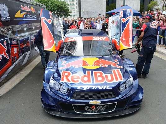 Cacá Bueno fez uma exibição nesta quarta-feira em um condomínio comercial na zona sul de São Paulo. O piloto guiou seu Chevrolet Sonic, da equipe Red Bull Racing da Stock Car, e chamou a atenção dos fãs. Veja fotos da apresentação: