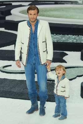 Karl Lagerfeld parece ter um novo queridinho para suas passarelas. Hudson Kroenig, o filho de quatros anos do modelo Brad Kroenig, é a aposta do estilista, diretor criativo da Chanel. Na foto,Hudson durante o desfile primavera-verão 2012