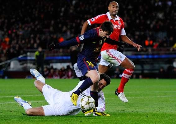 PRIMERA SEMANA: Te lo quito a las malas. Lionel Messi, del FC Barcelona, es frenado por Artur, del SL Benfica, que le agarra el pie a su rival, antes de su lesión durante el partido de la Liga de Campeones de la UEFA, en el Camp Nou, el 5 de diciembre en Barcelona, España.
