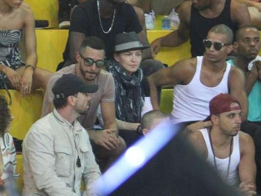 Este viernes, Madonna visitó la Fundación Afroreggae, en Vigário Geral, Río de Janeiro.