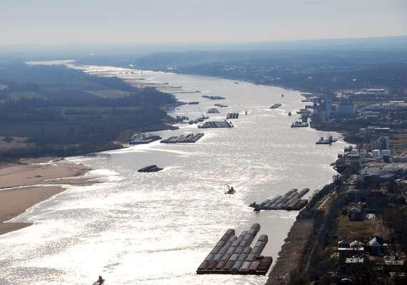 El río Mississippi es un largo río situado en América del Norte que atraviesa la parte central de los Estados Unidos. Discurre entre el norte de Minnesota y el golfo de México y su curso tiene una orientación meridiana. Tiene una longitud de 3.770 km. y sólo uno de sus afluentes, el Missouri, es más largo en América del Norte.