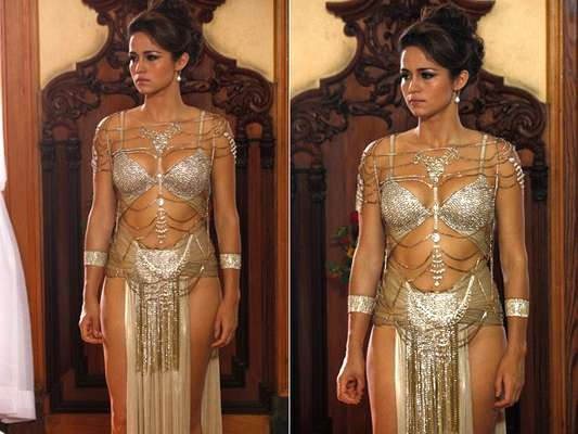 Por vingança, Wanda manda Morena para ser vendida em um Leilão. Usando uma roupa exótica, toda decotada, ela desperta o interesse em vários homens