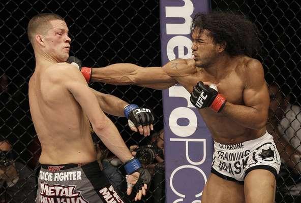 Por decisão unânime da arbitragem, Benson Henderson venceu Nate Diaz e se manteve como campeão dos leves do UFC