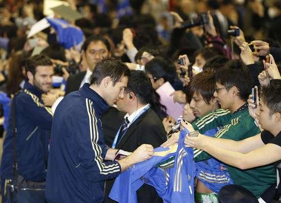 Lampard dá autógrafo na chegada do Chelsea ao Mundial de Clubes do Japão